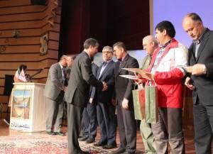 تقدیر از شرکت سیمان آبیک در مراسم تجلیل از امداد رسانها به استانهای سیل زده